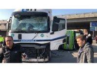 Tanker ile çarpışan halk otobüsü yan yattı: 25 yaralı