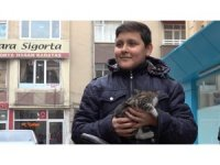 İtfaiye ekiplerinin kurtardığı kediyi 14 yaşındaki çocuk sahiplendi