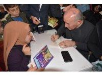 Ahmet Şimşirgil'e kitap fuarında yoğun ilgi