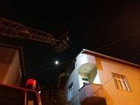 2 katlı evde çıkan yangında 2 kişi hastanelik oldu