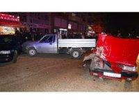 Park halindeki iki araca otomobil çarptı