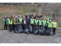Afyonkarahisar'da öğrenciler çöp toplayarak meydan okuyor