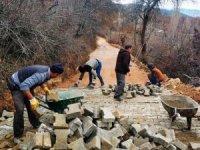 Köy mezarlık yoluna kilitli parke taşı
