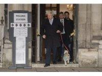 Boris Johnson, köpeğiyle sandık başında