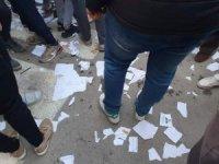 Cezayir'de seçmenler pusulaları yırttı