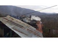 İki katlı evin çatısındaki yangın korkuttu