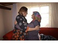 Başkan Hürriyet, engelli annesi kadının sevincini paylaştı