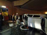 Zeytinburnu'nda otomobil bariyerleri parçalayıp alt geçide uçtu: 1 yaralı