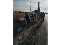 Yem yüklü kamyon devrildi: 1 yaralı