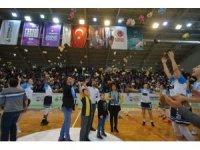 Kadınlar Basketbol Süper Ligi maçında sahaya binlerce oyuncak atıldı