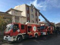 Apartmanın çatısında çıkan yangın korkuttu