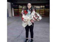 Şampiyon Esma Alper çiçeklerle karşılandı