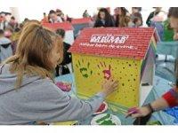 Çocuklar sokak hayvanları için kulübe ve suluk boyadılar