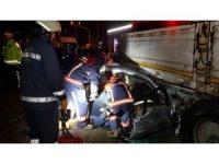 Otomobil tıra ok gibi saplandı: 1 ölü