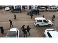 Cadde ortasında sopalarla birbirlerine saldırdılar