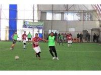 Siyahi futbolcu turnuvaya renk kattı