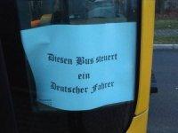 Almanya'da otobüs kapısına ırkçı yazı yazan şoförün görevine son verildi