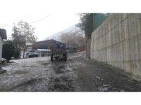 Uludere Belediyesi gizli buzlanmalara karşı tuzlama çalışması yaptı