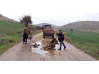 Yolda oluşan çukurları köylüler kapatıyor