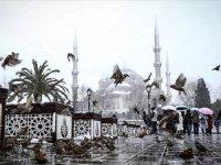 İstanbul'da sağanak yağış ve şiddetli rüzgar hayatı olumsuz etkiliyor
