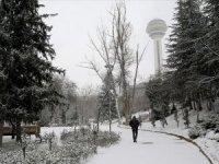 Başkentte, sabah saatlerinde bastıran kar, araç ve yaya ulaşımını güçleştirdi.