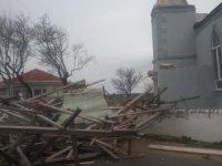 Rüzgar nedeniyle caminin minaresi yıkıldı