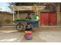 Pazarda 4 yaşındaki çocuğuyla sebze satarak geçimini sağlıyor