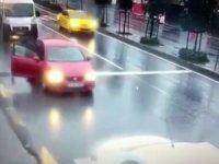 Otomobilden inen çocuğun ölümden kıl payı kurtulduğu anlar güvenlik kamerasına yansıdı.