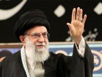 İran'da dini lider Hamaney, sekiz yıl aradan sonra ilk kez cuma namazı kıldırdı.