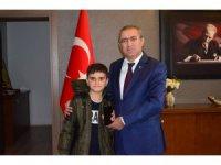Türkiye'nin konuştuğu simitçi çocuğa kaymakam cep telefonu hediye etti