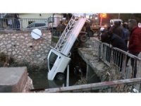 Köpeğe çarpmamak için fren yapılınca, kamyonet köprüde asılı kaldı