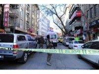 Ankara'nın Ulus semtinde bir otelden bir kişinin çevreye ateş açması üzerine bölgeye çok sayıda ekip sevk edildi. Şahsı ikna etmek için polis çalışma başlattı.