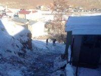 Bayburt'ta belediye ekipleri buz temizliği yaptı