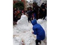 Karne alan çocuklara kar sürprizi