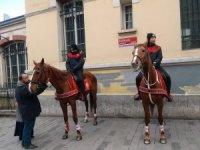 İstiklal Caddesi'nde atlı polislerin geçidi turistlerden büyük ilgi gördü