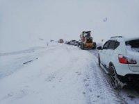Karayolunda mahsur kalan onlarca araç 1 saatte kurtarıldı
