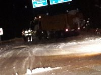 Kar küreme aracı kaza yaptı, yol bir süre trafiğe kapandı