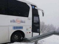 Yolcu otobüsünün şarampole yuvarlanmasını bariyerler engelledi