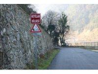5 mahalleyi ilgilendiren yola düşen kayalar tehlike saçıyor