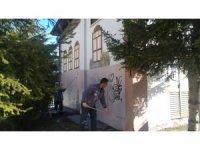 Pursaklar Belediyesi duvar yazılarını temizliyor