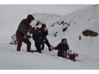 Kar üzerinde 'kayarak' stres attılar