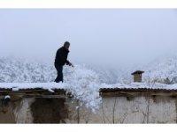 Toprak damlı evlerde yaşayan vatandaşlar baca küreme işine koyuldu