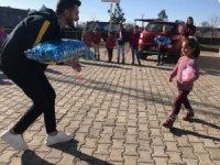 DÜ Genç Yaklaşık Kulübü, köy okullarındaki minik öğrencileri sevindirdi