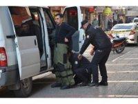 Çantasını AK Parti'nin önünde unutunca polis alarma geçti