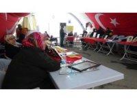 HDP önünde evlat nöbeti tutan ailelerden öğretmenleri ihraç eden Eğitim-Sen'e tepki