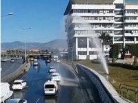 İzmir'de su borusu patladı; sürücüler fışkıran suyla araçlarını yıkadı