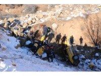 Ticari taksi şarampole uçtu: 2 ölü, 1 yaralı