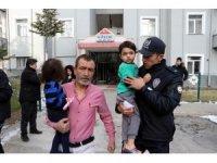 Kayseri'de yangından kurtulan 2 kardeş etrafı seyretti