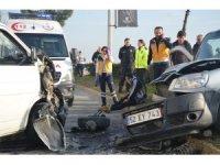 Ticari araçla minibüs kafa kafaya çarpıştı: 5 yaralı