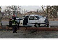Otomobil ağaç ile direk arasına sıkıştı: 2 yaralı